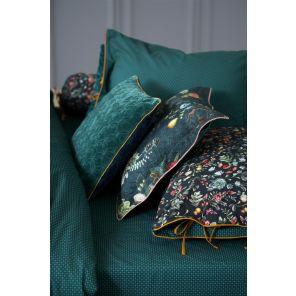 Het sierkussen is gemaakt van 100% katoenfluweel. Het kussen is 45 x 45 cm. Het sierkussen kan niet gewassen worden, is niet geschikt voor de wasdroger en kan niet gestreken worden.